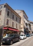 Opinião da rua, carros estacionados na borda da estrada Sartene, Córsega Imagens de Stock