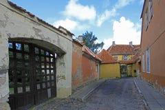 Opinião da rua com as casas coloridas velhas na cidade velha de Tallinn, Estônia fotos de stock