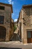 Opinião da rua com as casas de pedra no centro da cidade de Châteauneuf-du-Pape aldeola fotografia de stock