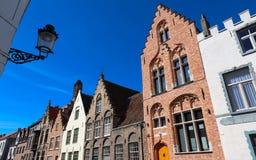Opinião da rua com as casas medievais tradicionais em Bruges, Bélgica fotografia de stock royalty free