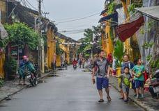 Opinião da rua com as casas velhas em Hoi An fotos de stock