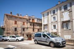 Opinião da rua com carros estacionados Cidade de Sartene, Córsega Imagem de Stock Royalty Free