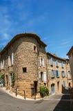 Opinião da rua com casas de pedra no centro do Châteauneuf-du-Pape fotografia de stock