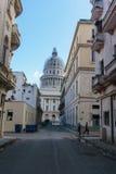 Opinião da rua com o capitolio no fundo do La Havana, Cuba Fotografia de Stock