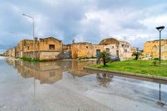 Opinião da rua com reflexão no Marsala, Itália Imagens de Stock