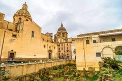 Opinião da rua com ruínas romanas no Marsala, Itália Imagem de Stock Royalty Free