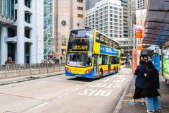 Opinião da rua com tráfego e construções na central, Hong Kong foto de stock