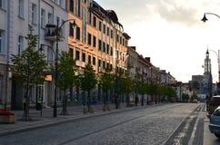 Opinião da rua, construções no Polônia - tempo do por do sol foto de stock royalty free