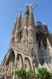 Opinião da rua da basílica e da igreja expiatória da família santamente em Barcelona, Espanha Foto de Stock Royalty Free