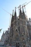 Opinião da rua da basílica e da igreja expiatória da família santamente em Barcelona, Espanha Fotos de Stock Royalty Free