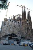 Opinião da rua da basílica e da igreja expiatória da família santamente em Barcelona, Espanha Fotos de Stock