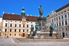 Opinião da rua da cidade de Viena Monumento ao imperador Franz mim de Áustria no Innerer Burghof no palácio imperial de Hofburg e imagens de stock