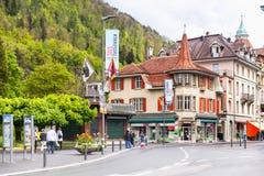 Opinião da rua de Interlaken velho com turistas imagem de stock royalty free