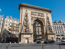 Opinião da rua de Porte St Denis, arco triunfal, Paris Imagem de Stock