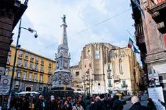 Opinião da rua de Spaccanapoli em Nápoles, Itália imagens de stock royalty free