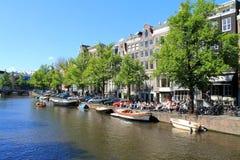 Opinião da rua do canal de Amsterdão, os Países Baixos foto de stock