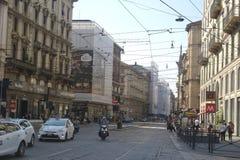 Opinião da rua do centro de cidade de Milão Fotografia de Stock