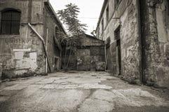Opinião da rua do gueto do centro urbano Fotos de Stock Royalty Free