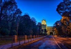 Opinião da rua do outono da noite a Catherine Palace em Tsarskoye Selo Pushkin St Petersburg, Rússia Imagens de Stock