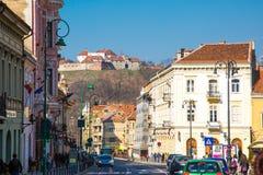 Opinião da rua e citadela medieval da fortaleza em Rupea, Brasov, Romênia Fotos de Stock