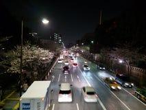 Opinião da rua em Ichigaya com flores de cerejeira fotos de stock