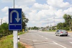 Opinião da rua em Tailândia upcountry com os carros na estrada Foto de Stock