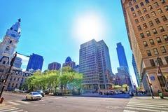 Opinião da rua na câmara municipal de Philadelphfia e na skyline dos arranha-céus Imagem de Stock