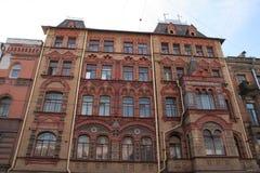 Opinião da rua na construção de tijolo vermelho do centro histórico de St Petersburg no dia ensolarado Fotos de Stock Royalty Free