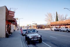 Opinião da rua na vila histórica do pinho solitário - PINHO SOLITÁRIO CA, EUA - 29 DE MARÇO DE 2019 fotografia de stock