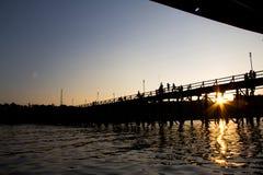 A opinião da silhueta da ponte famosa das madeiras em Tailândia Fotografia de Stock