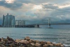 Opinião da skyline da cidade de Busan no distrito de Haeundae, praia de Gwangalli, estacionamento do iate na praia moderna de Hae imagem de stock