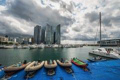 Opinião da skyline da cidade de Busan no distrito de Haeundae, praia de Gwangalli, estacionamento do iate na praia moderna de Hae fotos de stock royalty free