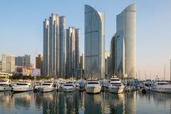 Opinião da skyline da cidade de Busan no distrito de Haeundae, wi da praia de Gwangalli foto de stock royalty free