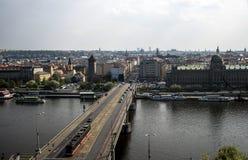 Opinião da skyline da cidade do capitol de República Checa Praga sobre as pontes das construções do rio do telhado foto de stock