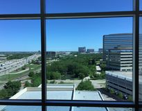 Opinião da skyline da janela do hotel ou do escritório Fotos de Stock Royalty Free