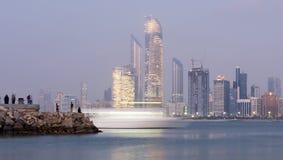 Opinião da skyline da noite de Abu Dhabi imagens de stock