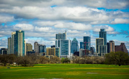 Opinião 2016 da skyline da primavera de Austin Texas Dramatic Patchy Clouds Early do parque de Zilker Fotografia de Stock
