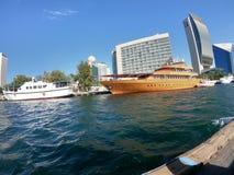 Opinião da skyline de Dubai Creek com os barcos e construções tradicionais de pesca Localizado no golfo de Dubai imagens de stock