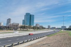 Opinião da skyline de Irving, Texas do céu azul de John Carpenter Freeway imagens de stock