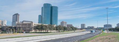 Opinião da skyline de Irving, Texas do céu azul de John Carpenter Freeway imagem de stock royalty free