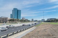 Opinião da skyline de Irving, Texas do céu azul de John Carpenter Freeway foto de stock royalty free