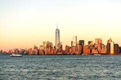 Opinião da skyline de New York City do barco a Ellis Island foto de stock royalty free