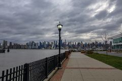 Opinião da skyline de New York City da margem imagem de stock royalty free