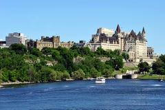 Opinião da skyline de Ottawa do rio de Ottawa Fotografia de Stock Royalty Free