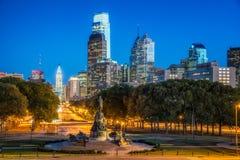 Opinião da skyline de Philadelphfia da via pública larga e urbanizada imagem de stock
