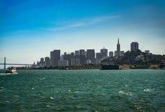 Opinião da skyline San Francisco In California da balsa imagem de stock