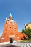 Opinião da torre de Borovitskaya de baixo no Kremlin Fotos de Stock Royalty Free