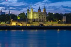 Opinião da torre de Londres na noite foto de stock royalty free