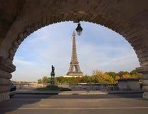 Opinião da torre Eiffel da ponte do Bir Hakeim, Paris, França Fotos de Stock