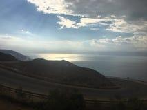 A opinião da viagem por estrada irradia o mar do sol Fotos de Stock